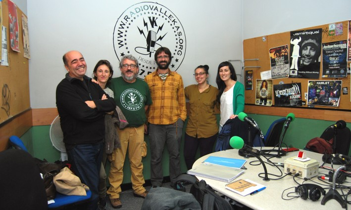 Ruth Caravantes y Daniel García (segunda y tercero, por la derecha), durante una entrevista sobre el proyecto CAS en Radio Vallekas
