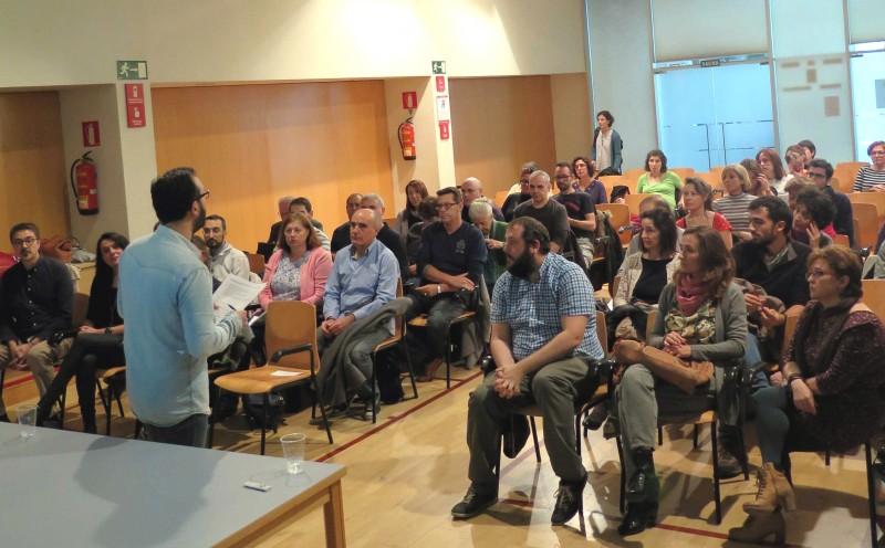 """El concejal de Villaverde, Guillermo Zapata, en primera fila, durante la conferencia sobre """"Salud y desempleo"""", en la que también intervino"""