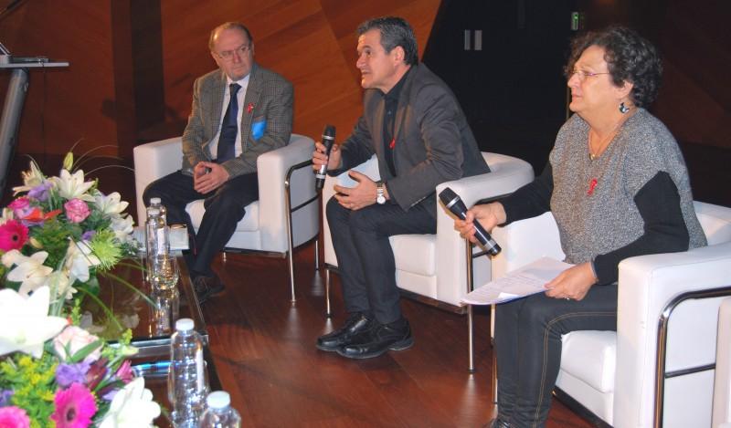 Javier Segura, durante la inauguración de las Jornadas sobre el SIDA, acompañado de Paloma Andrés y Francisco Bru