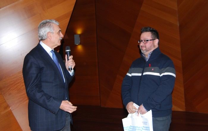 Antonio Prieto entrega el premio al ganador del Concurso de Relatos, Jaime Álvarez Villoria
