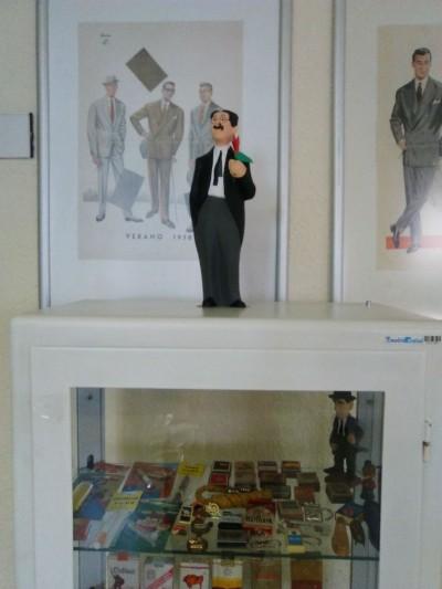 Vitrina con objetos relacionados con el consumo y publicidad del tabaco